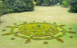 Ansicht von Blumenverzierungen im Chateaupark Stockfoto