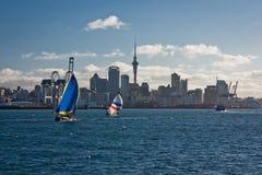 Ansicht von Booten auf der Küstenlinie von Auckland, Neuseeland Stockbild
