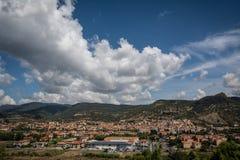 Ansicht von Bosa, von Sardinien und von Bergen lizenzfreies stockfoto