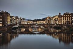 Ansicht von Brücke Gold-Ponte Vecchio in Florence Arno-Fluss lizenzfreie stockbilder