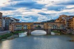 Ansicht von Brücke Gold-Ponte Vecchio im Sonnenaufgang Lizenzfreies Stockfoto
