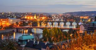Ansicht von Brücken auf die Moldau-Fluss nachts lizenzfreie stockfotos
