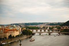Ansicht von Brücken und von Booten auf die Moldau-Fluss in Prag, Tschechische Republik lizenzfreies stockbild