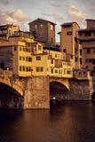 Ansicht von Br?cke Gold-Ponte Vecchio in Florence Arno-Fluss stockfoto