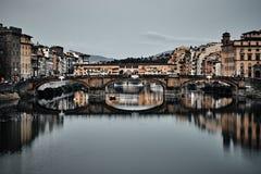 Ansicht von Br?cke Gold-Ponte Vecchio in Florence Arno-Fluss stockbilder
