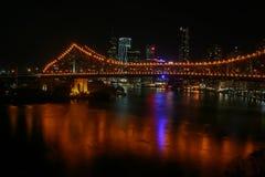 Ansicht von Brisbane und von Geschichten-Brücke von Wilsons Ausblick nachts Lizenzfreie Stockfotografie