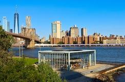 Ansicht von Brooklyn-Brücken-und Lower Manhattan-Skylinen lizenzfreie stockbilder