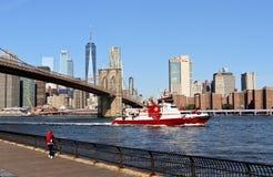 Ansicht von Brooklyn-Brücken-und Lower Manhattan-Skylinen Oktober 2018 lizenzfreies stockbild