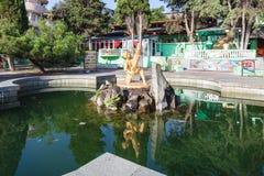 Ansicht von Brunnen Jungen mit Fischen in Alushta-Stadt Stockbild