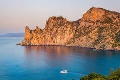 Ansicht von Bucht Schwarzen Meers mit enormem Felsen und beweglichem Boot Lizenzfreie Stockfotos