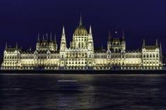 Ansicht von Budapest-Parlament an der Dämmerung mit seinen Dächern an der blauen Stunde, Ungarn lizenzfreie stockfotografie