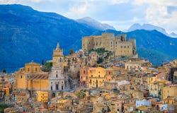 Ansicht von Caccamo-Stadt auf dem Hügel mit Gebirgshintergrund Stockfoto