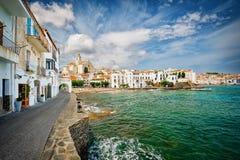 Ansicht von Cadaques am sonnigen Tag, Costa Brava, Spanien Stockfotos