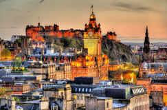 Ansicht von Calton-Hügel in Richtung zu Edinburgh-Schloss Stockfotografie