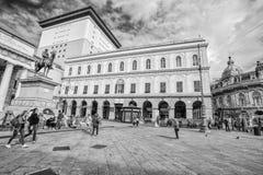 Ansicht von Carlo Felice-Theater und von Garibaldi Statue in De Ferrari Square im Stadtzentrum von Genoa Genova, Italien lizenzfreie stockfotografie