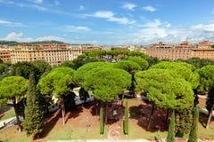 Ansicht von Castel Sant ' Angelo auf Parco Adriano Schöne alte Fenster in Rom (Italien) Stockfotografie