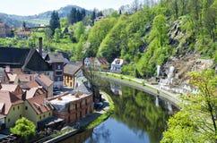 Ansicht von Cesky Krumlov, Tschechische Republik Ist ein grünes Feld voll der Weizenanlagen Lizenzfreie Stockbilder