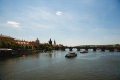 Ansicht von Charles-Brücke und von die Moldau-Fluss mit Booten in Prag, Tschechische Republik lizenzfreies stockfoto
