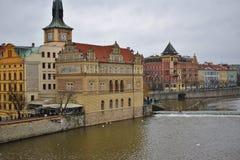 Ansicht von Charles Bridge zum die Moldau-Fluss in Prag lizenzfreies stockbild