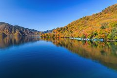 Ansicht von Chuzenji See in der Herbstsaison mit Reflexionswasser herein lizenzfreie stockbilder