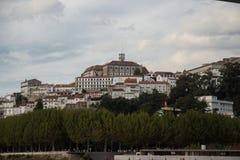 Ansicht von Coimbra von Santa Clara Bridge auf Mondego-Fluss lizenzfreie stockfotografie