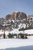 Ansicht von Colfosco, von Bergdorf und von Skigebiet in den italienischen Dolomit, mit Schnee Lizenzfreie Stockfotografie