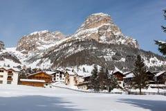 Ansicht von Colfosco, von Bergdorf und von Skigebiet in den italienischen Dolomit, mit Schnee Lizenzfreies Stockfoto