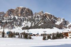 Ansicht von Colfosco, von Bergdorf und von Skigebiet in den italienischen Dolomit, mit Schnee Stockfotos