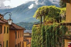Ansicht von Como See, von Balkonen mit offenen Vorhängen und von Winde in Bellagio Lizenzfreie Stockfotos
