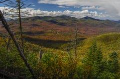 Ansicht von Couchsachraga-Spitze, die in Richtung des kalten Fluss-Landes in den Adirondack-Bergen des Staat New York blickt lizenzfreie stockbilder