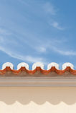 Ansicht von Dachdachgesimsen mit Fliesen u. Himmel stockfotos