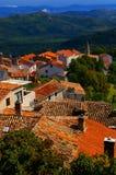 Ansicht von Dachspitzen und von Hügeln von Motovun Kroatien Lizenzfreie Stockbilder