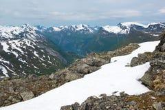 Ansicht von Dalsnibba-Berg zu Geiranger-Fjord und Bergspitzen, Norwegen Stockfotografie