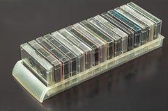 Ansicht von den alten Magnetband- für Tonaufzeichnungenkassetten lokalisiert auf weißem Hintergrund stockfoto