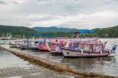 Ansicht von den bunten Booten am regnerischen Tag verankert in Paraty Stockfotos