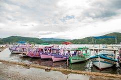 Ansicht von den bunten Booten am regnerischen Tag verankert in Paraty Stockbilder
