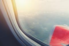 Ansicht von den durchgehenden Fensterflugzeugen stockfotos