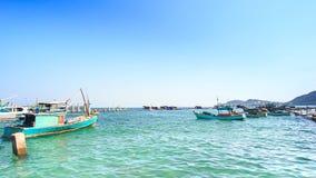 Ansicht von den Fischerbooten, die in Bucht gegen Himmel schaukeln stock footage