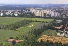 Ansicht von den Flugzeugen zum Bereich von Prag Lizenzfreie Stockfotos