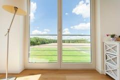 Ansicht von den großen Balkonfenstern Lizenzfreies Stockbild