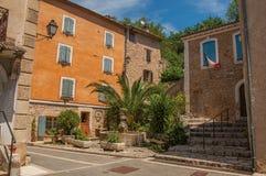 Ansicht von den Häusern, die ein Quadrat mit Brunnen in Châteaudouble gegenüberstellen Lizenzfreie Stockfotos