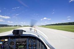 Ansicht von den kleinen Flugzeugen, die von der Laufbahn sich entfernen Stockfotografie