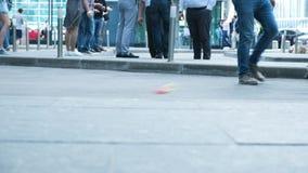 Ansicht von den Leuten der menschlichen Füße, die auf gedrängte Straßenbewegung Weg-Stadtfußgängerlebens der Lebenleutevielzahl d stock video footage