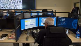 Ansicht von den Polizeibeamten, die in Überwachungszentrale arbeiten Stockfotografie