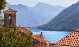 Ansicht von den roten Dächern zum Meer und zu den Bergen Stockfoto
