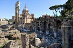Ansicht von den Ruinen des römischen Forums zur Kirche Lizenzfreie Stockfotos