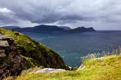 Ansicht von den Vogelklippen auf dem Ozean im windigen Wetter in Norwa Lizenzfreies Stockbild