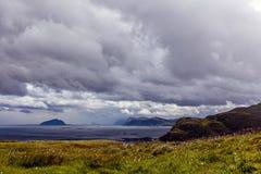 Ansicht von den Vogelklippen auf dem Ozean und von den Wolken in Norwegen Stockfotos