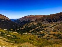 Ansicht von der alpinen Besucher-Mitte bei Rocky Mountain National Park Lizenzfreie Stockfotos