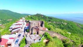 Ansicht von der alten Festung bei Sighnaghi, Georgia Eine Ansicht von oben genanntem der Landschaft der Stadt und der Berge E stock video